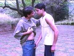 Dans le jardin, les deux gays baisent ensemble