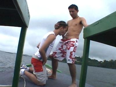 Tournante gays : trois minets se mangent de la bite