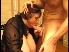 Grosses poitrines pour la mamie à démonter avec sa bite