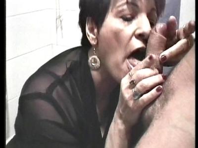 Une femme mure avec des seins énormes comme deux pastèques, deux bites en trique