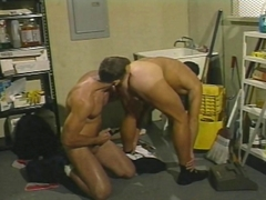 Les deux mecs se bouffent le cul!