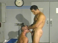 Deux gays chauds se baisent dans les vestiaires