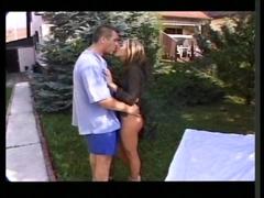 Dans le jardin son mari la baise