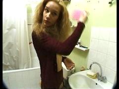 Surprise dans sa baignoire, elle a l'eau au bec.