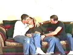 Trois mecs matures baisent à la maison