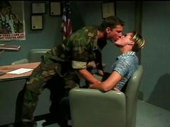 Deux soldats en manque se sucent la queue