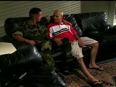 Deux mecs musclés baisent dans le salon