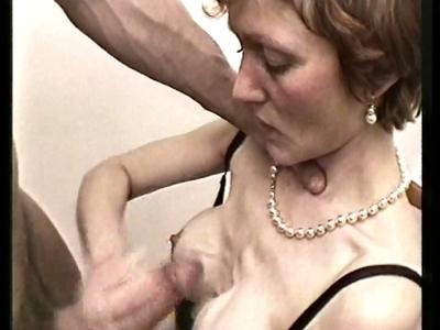 Voila une vidéo pour les amateurs de vieilles suceuses. Et en matière de succion