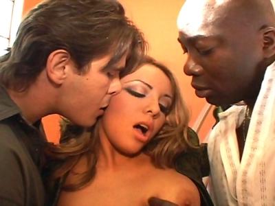 Lorena est une belle latine au sang chaud qui a invité chez elle deux beaux mecs